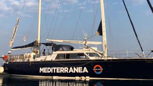 La nave Alex entra nel porto di Lampedusa