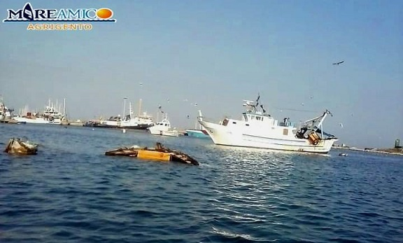Licata, affonda un peschereccio dopo urto contro la banchina del porto