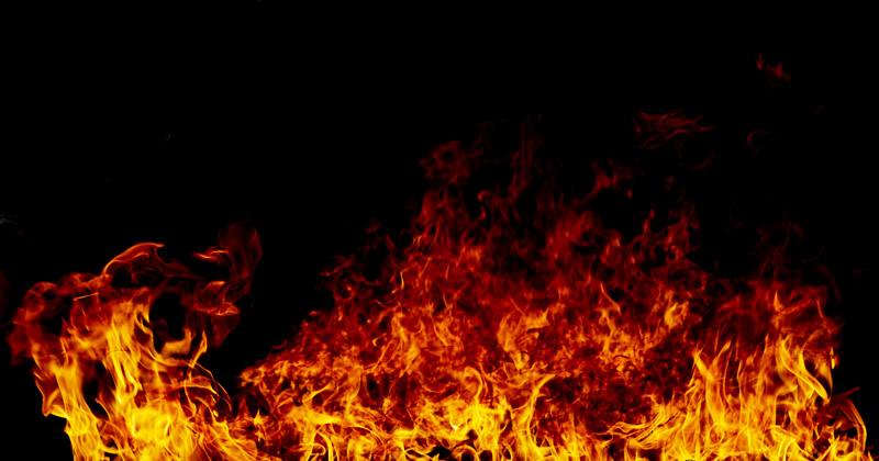 Incendio a Porto Empedocle, danneggiato escavatore