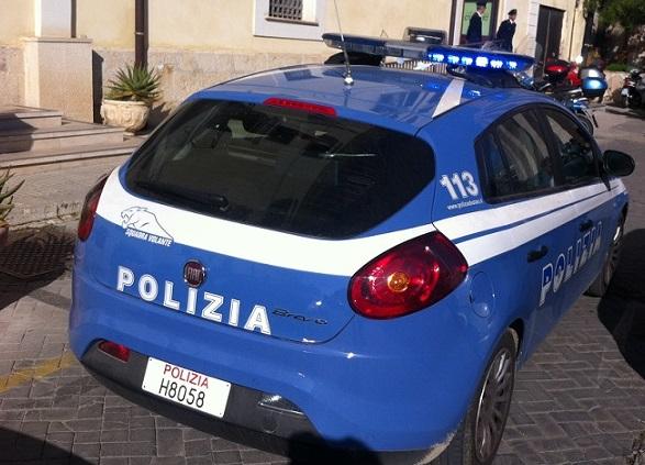 Uomo sfonda la porta di un convento dicendo di aver appuntamento con una prostituta, interviene la polizia