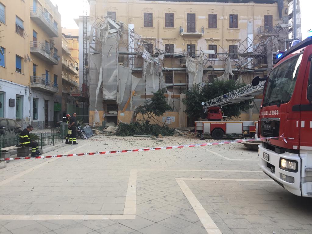 Sfiorata tragedia al viale della Vittoria: crollano cornicione e ponteggio – FOTO