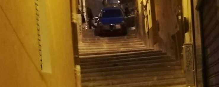 Finisce con la sua auto in una scalinata del centro storico, disavventura per automobilista