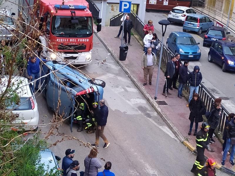 Incidente in pieno centro, auto capottata dopo urto con un marciapiede
