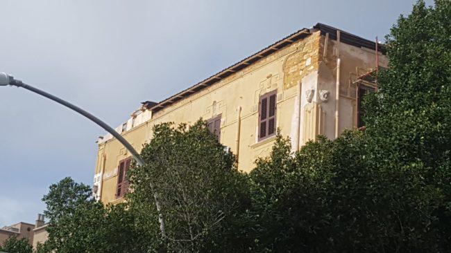 Viale della Vittoria, si stacca copertura del palazzo liberty