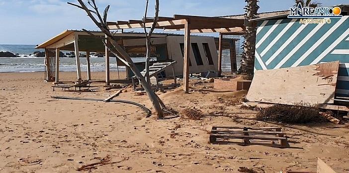 Dopo le mareggiate, detriti ancora lungo le spiagge di San Leone