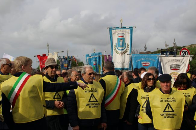 """Sindaci, cittadini ed associazioni in """"marcia"""" contro l'isolamento della provincia"""