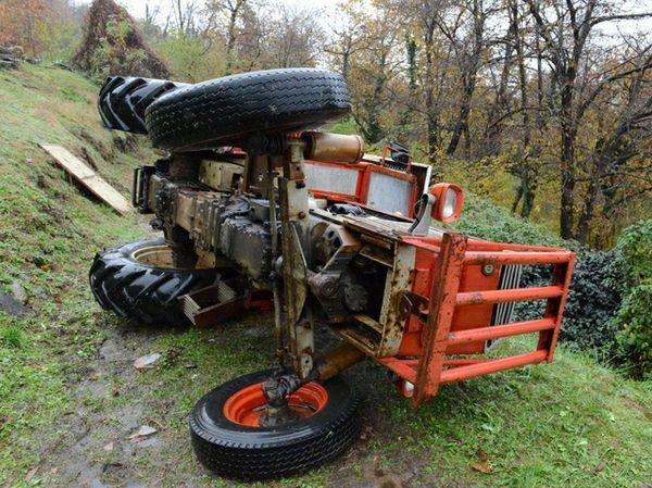 Si ribalta con il trattore, muore uomo di 53 anni