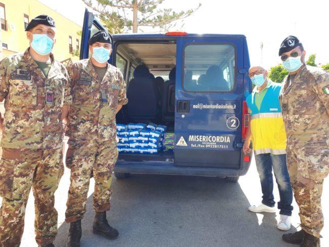 """I militari donano generi alimentari alla """"Misericordia"""" di Siculiana"""
