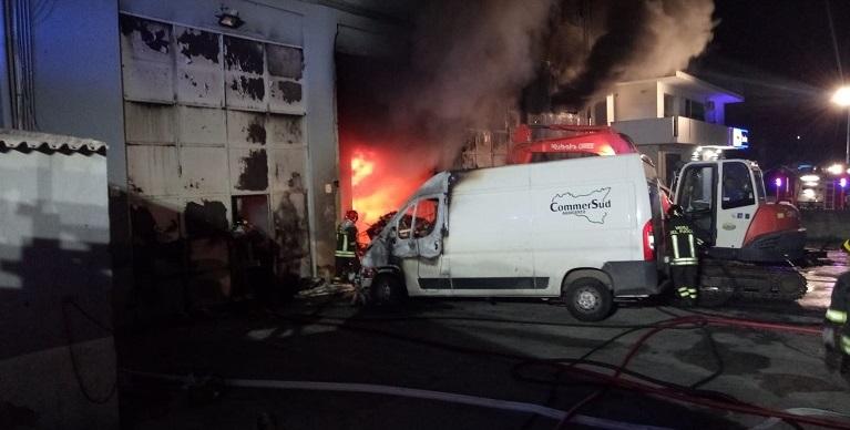 Paura a Fontanelle, fiamme in uno stabile di via Unità d'Italia