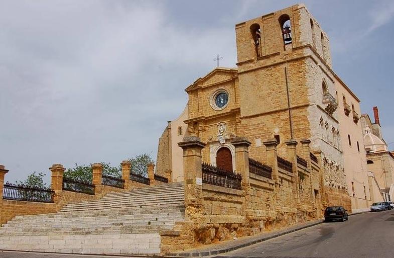 Danneggiata colonna in tufo della scalinata della Cattedrale, al via le indagini