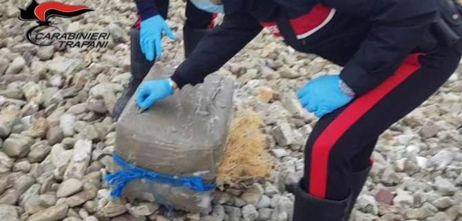 Nuovo pacco contenente hashish ritrovato in spiaggia