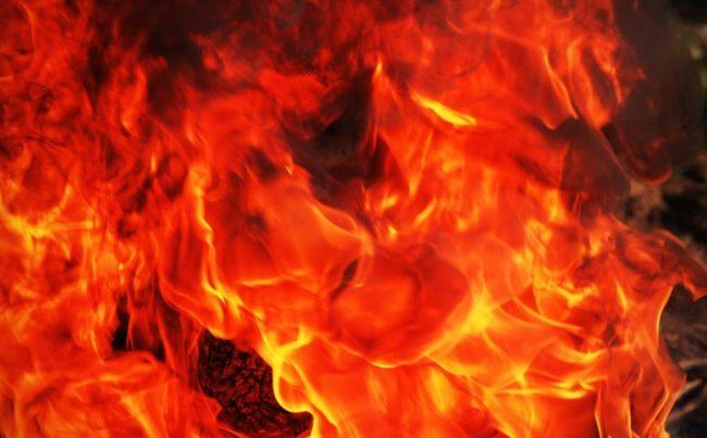 Pneumatico dato alle fiamme davanti a un laboratorio di analisi: si indaga