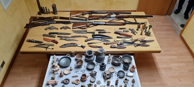 Armi e reperti detenuti illegalmente, nei guai uomo di 50 anni