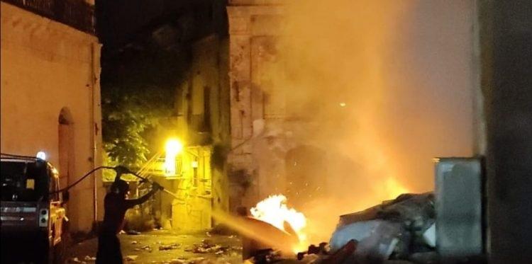 Rifiuti dati alle fiamme, situazione di emergenza a Favara